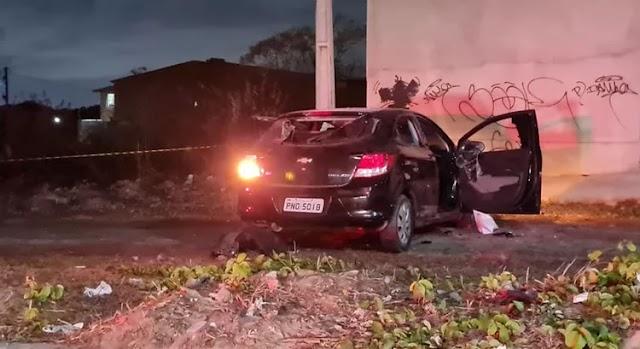 Mulher é morta a tiros e pedradas dentro do próprio carro no Ceará