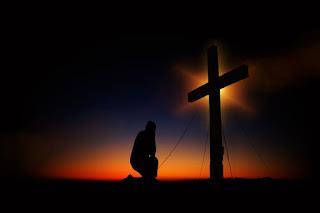 Orando na cruz