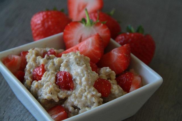 gambar makanan oatmeal strawberry