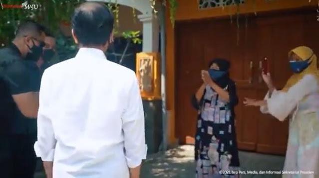 Viral Emak-emak Gemes Lihat Jokowi Tinjau Program Vaksin di Depan Rumahnya