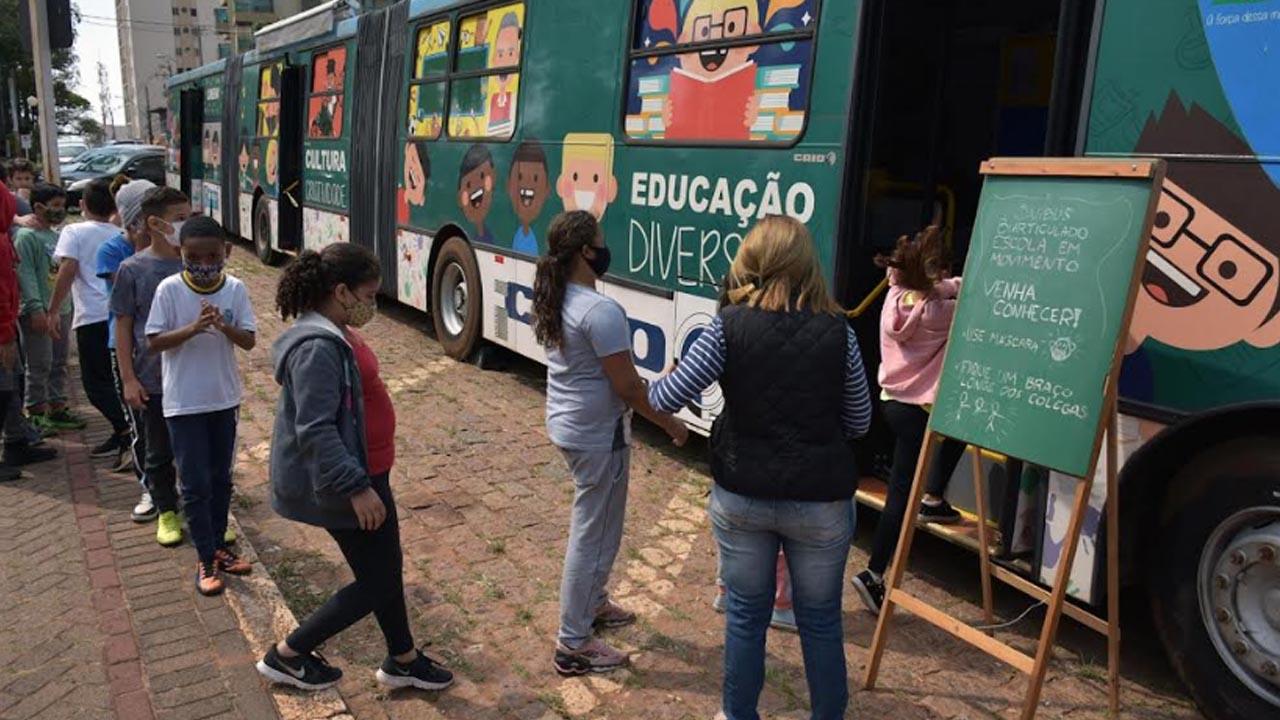 Ônibus biarticulado da Educação recebe alunos na Semana da Criança