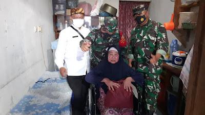 TNI Ulang Tahun Berikan Kursi Roda Ke Warga Sakit di Daerah Pelosok