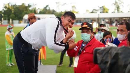 Suhatri Bur Kalungkan Medali Emas ke Juara Lontar Martil