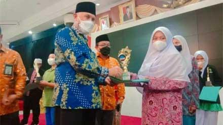 Mahyeldi serahkan hadiah kepada Alifatul Fildzah Hakim