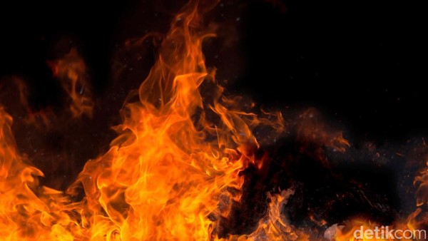 Kebakaran Landa Gardu PLN di Kebon Jeruk Jakbar