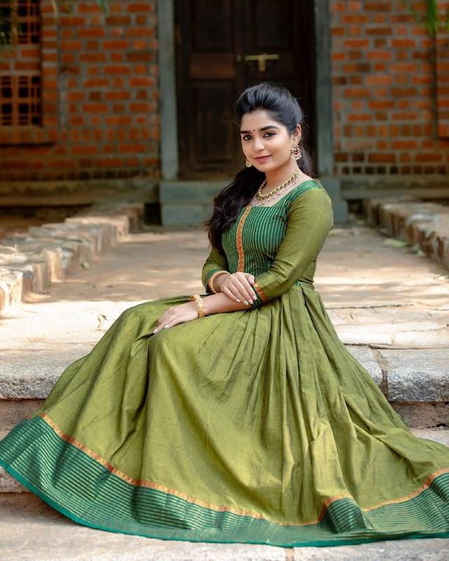 கியூட்டாக போஸ் கொடுக்கும் கௌரி...! நடிகை கௌரியின் அழகிய ஹாட் போட்டோஸ்!