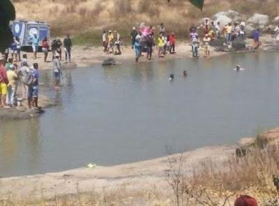 Ao tentar salvar o filho de 7 anos que se afogava em açude, mãe e criança morrem