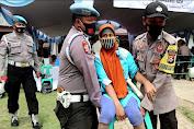 Polisi Bantu Masyarakat Penyandang Disabilitas Mendapatkan Vaksin