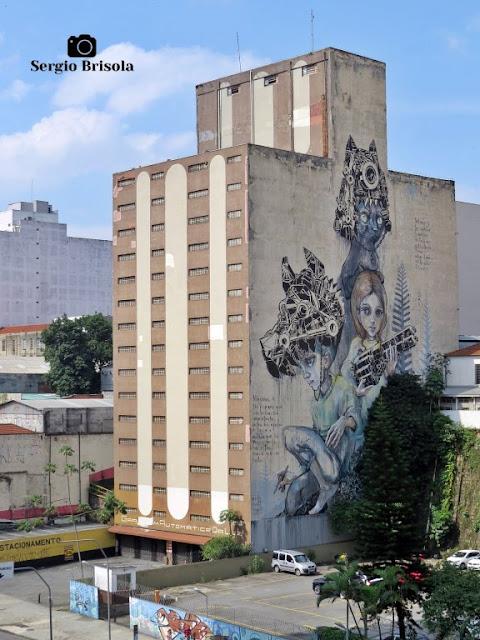 Vista ampla do Mural Grafite pintado na empena do Edifício Garagem Automática da Luz - Centro
