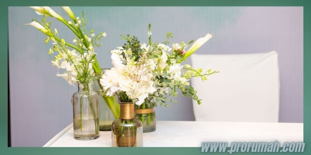 Dekorasi Resepsi  Akad Pernikahan di Rumah - menghiasi perabotan dengan rangkaian bunga
