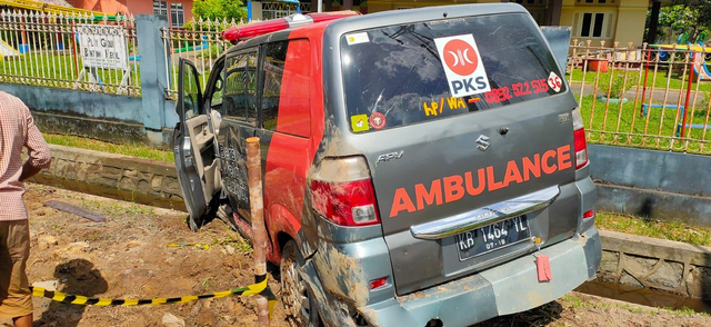 Ambulans PKS Singkawang yang Sedang Membawa Jenazah Ditabrak hingga Masuk Parit