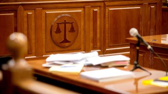 reu sobe mesa prender juiz julgamento