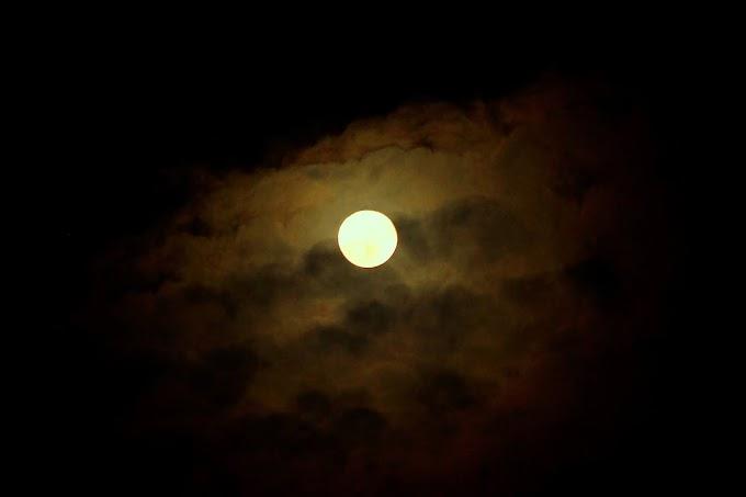 Bulan dan Awan