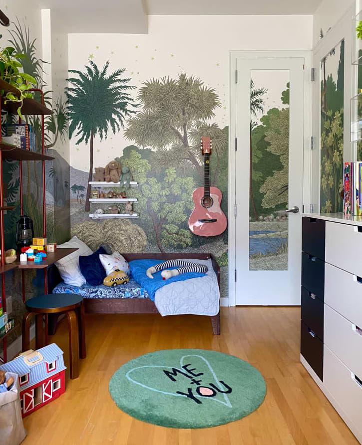 Dormitorio infantil con papel pintado bosque