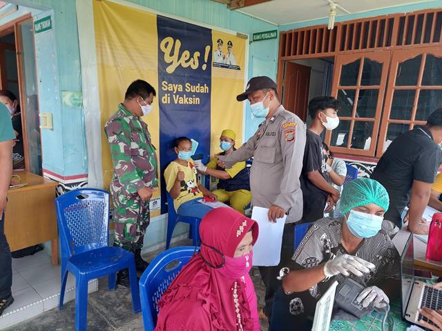 Melaksanakan Pendampingan Vaksinasi Dosis Kedua Bagi Warga Masyarakat Didampingi Personel Jajaran Kodim 0207/Simalungun