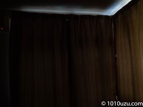 遮光カーテンも閉めると以前よりはだいぶ暗くなった