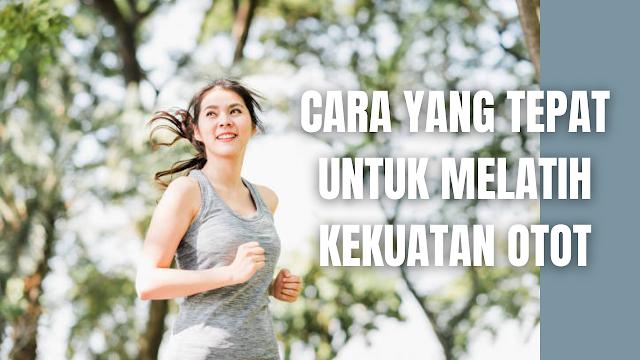 Cara Yang Tepat Untuk Melatih Kekuatan Otot Agar Mendapat Hasil Yang Optimal Latihan kekuatan atau strength exercise adalah sebuah kegiatan di mana membuat otot dan tubuh bekerja lebih keras. Hal ini akan membantu di dalam meningkatkan kekuatan serta daya tahan otot dan tubuh. Cara yang tepat untuk melatih kekuatan otot agar mendapat hasil yang optimal, ada beberapa langkah yang bisa dilakukan yang diantaranya adalah :  Latihan Bersama Profesional Latihan bersama pelatih profesional dapat mengoptimalkan tiap gerakan pada setiap latihan yang sedang dijalani dan gerekan yang diawasi oleh pelatih profesional akan membuat terhindar dari risiko cedera.  Olahraga Secara Rutin Olahraga secara rutin atau konsisten di dalam berlatih adalah kunci untuk melatih kekuatan otot. Pastikan untuk berlatihn dengan durasi yang sesuai. Hal ini untuk memicu perubahan pada fisik agar otot dapat bekerja lebih maksimal.  Selalu Penuhi Kebutuhan Istirahat Pada saat berolahraga, otot akan bekerja lebih keras dan berisiko menyebabkan kerusakan yang dapat menimbulkan nyeri. Jagu diperlukan untuk menghindari latihan kekuatan pada otot yang sama selama beberapa hari. Untuk bisa memulihkan kondisi otot, memenuhi kebutuhan tidur adalah hal yang sangat penting. Tanpa tidur dan istirahat yang cukup, otot akan mengalami kerusakan dan sulit untuk memperbaiki jaringannya.  Menerapkan Pola Makan Sehat Di dalam melatih kekuatan otot diperlukan untuk menerapkan pola makan yang sehat. Untuk bisa meningkatkan kekuatan otot, pilihlah makanan dengan kandungan protein, karbohidrat, biji-bijian, buah, dan sayuran.  Melakukan latihan kekuatan dapat meningkatkan keseimbangan tubuh, bahkan apabila melakukannya latihan kekuatan secara rutin dengan tepat dinilai dapat meningkatkan fleksibilitas tubuh. Fleksibilitas tubuh yang terjadi dengan baik dapat membantu untuk menjalankan aktivitas sehari-hari dengan optimal. Latihan kekuatan juga bermanfaat untuk menurunkan risiko cedera, nyeri tubuh, hingga memperbaiki postu