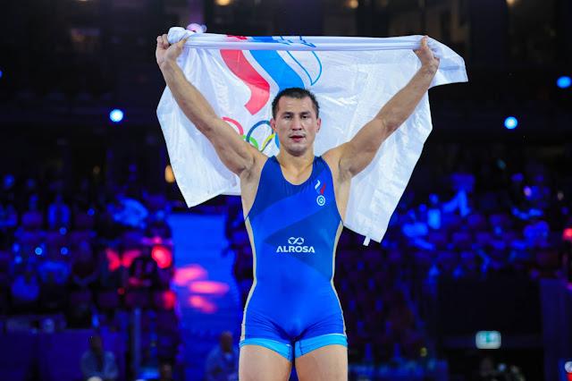 Roman Vlasov exibe bandeira da Federação Russa de Wrestling