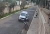 Motorista percebeu os bandidos rendendo casal e não vacilou: acelerou e passou o carro por cima dos vagabundos
