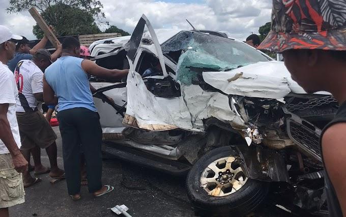 Bahia: Batida entre caminhonete e carreta deixa feridos na BR-101