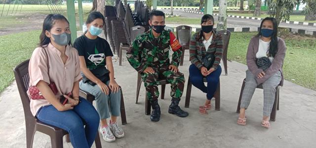 Dengan Cara Komsos Personel Jajaran Kodim 0207/Simalungun Sosialisasikan Pentingnya Pakai Masker