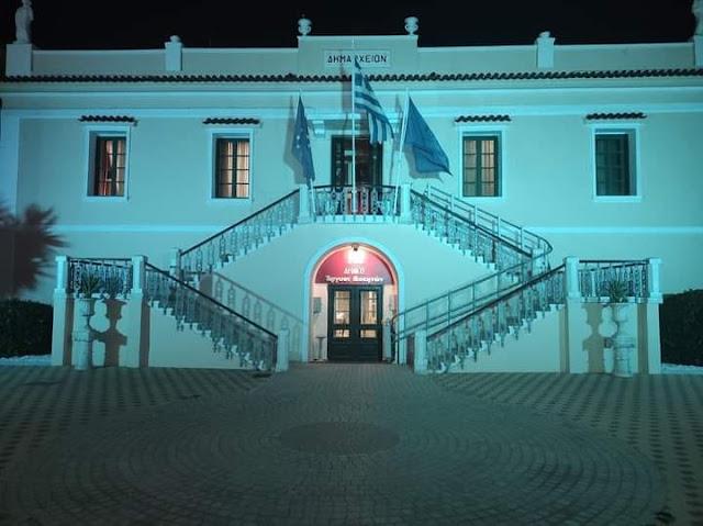 Γιατί φωτίστηκε με μπλε χρώμα το παλιό Δημαρχείο στο Άργος