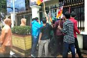 Demo di Depan Mapolda Sumbar Ricuh, Diduga Oknum Polisi Berpakaian Preman Provokasi Masa dengan Mengambil Atribut Aksi