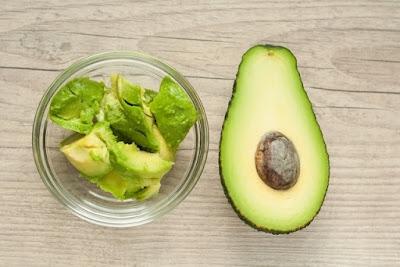Já bastante utilizado em cremes e produtos de beleza, o abacate é rico em vitamina E, que atua como um antioxidante mais potente que a vitamina C, e em vitaminas do complexo B, que são importantes para a reprodução celular.