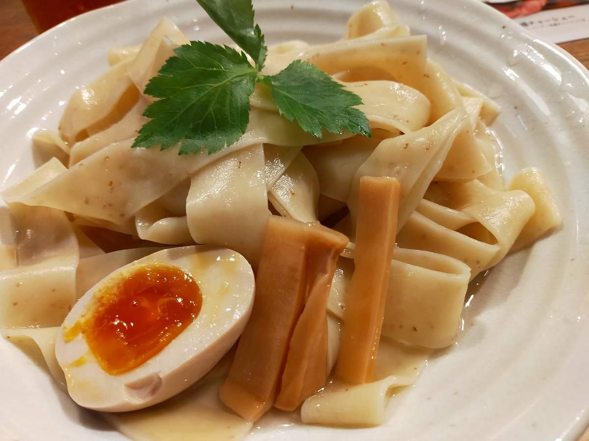 極太麺は店内切りが売りという超太麺です。