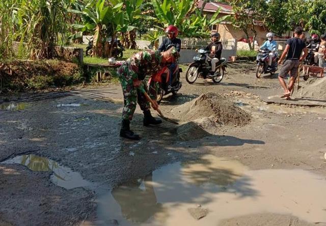 Secara Swadaya Masyarakat Bersama Personel Jajaran Kodim 0207/Simalungun Laksanakan Pengecoran Jalan
