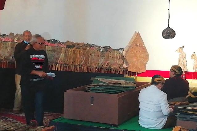 Puspo Wardoyo menyerahkan sumbangan kepada Ki Bayu Aji dan krunya