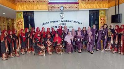Studi Banding, IKIAD Kota Padang Perkenalkan Batik Tanah Liek ke IKKD Pekanbaru