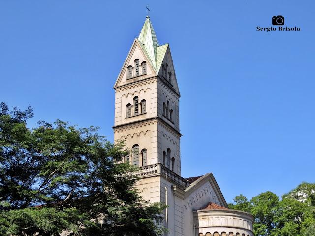 Close-up da Torre da Igreja da Assunção de Nossa Senhora no Jardim Paulista