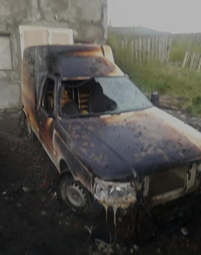 Dantesco incendio afectó tres viviendas y dos vehículos en la costanera de El Bolsón