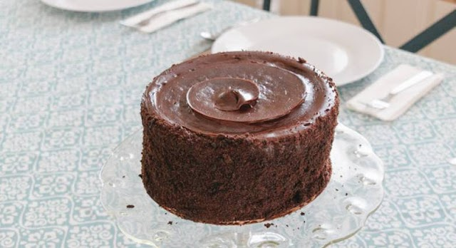 Αυτό το σοκολατένιο κέικ θέλει μόνο 5' για να το φτιάξεις και δεν θες καν φούρνο