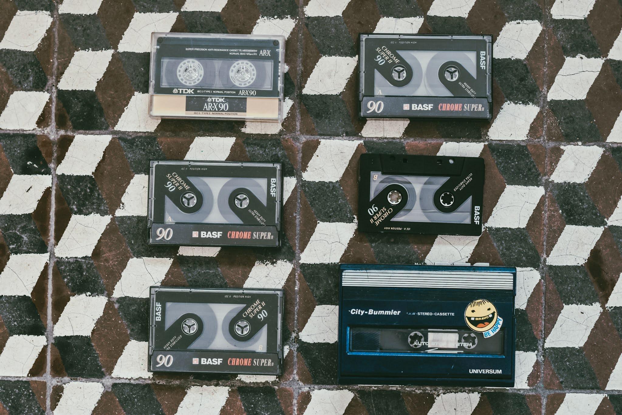 kultowe rzeczy z lat 90tych. Kasety i walkman jak wyglądają?