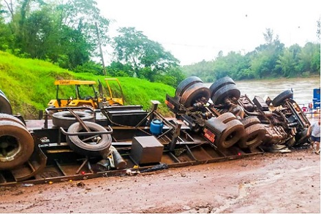 Após tombar caminhão na rampa de uma balsa no Rio Ivaí, motorista morre entre as ferragens.