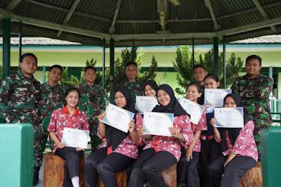 Usai PKL, Kapenrem 121/Abw Serahkan Sertifikat ke 7 siswa SMKN 1 Sintang