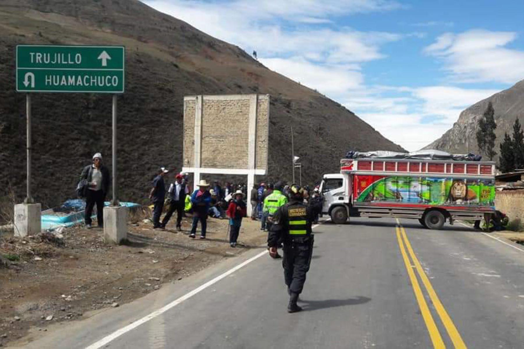 Bloquean carretera Huamachuco