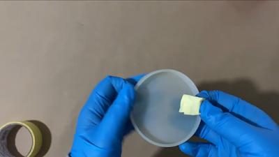 تنظيف قالب سيليكون دائري شفاف بإستخدام لاصق