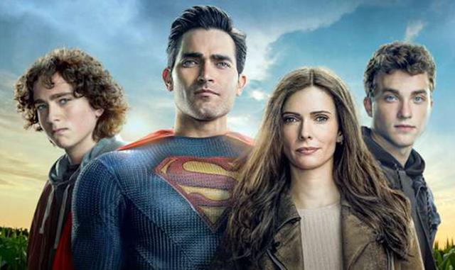 Jordan Kent, jovem branco de olhos azuis e cabelos negros cacheados, Superman, homem branco de olhos claros e cabelos pretos, Lois Lane, mulher branca de olhos azuis e cabelos castanhos lisos e compridos, e Jonathan Kent, jovem branco de olhos azuis e cabelos loiros.