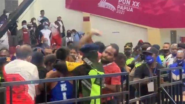 Ricuh Pertandingan Tinju PON Papua, Atlet dan Relawan Baku Hantam