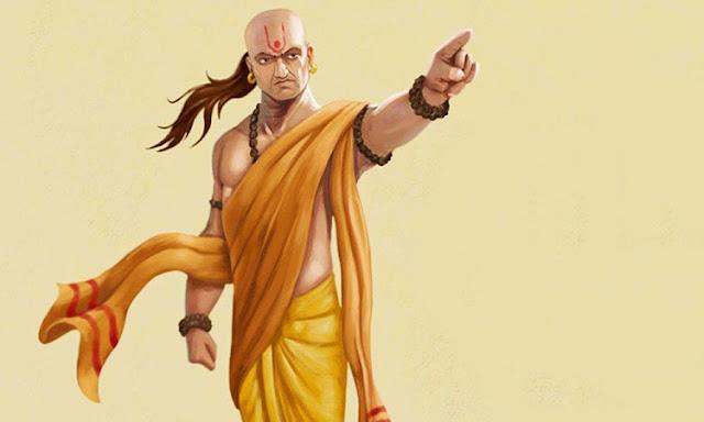 आचार्य चाणक्य (Acharya Chanakya) एक कुशल रणनीतिकार, नीतिशास्त्र और अर्थशास्त्री थे. उनके द्वारा बताई गई बातें आज भी लोग मानते हैं. चाणक्य ने सूझबूझ और रणनीति से एक साधारण बालक को मग्ध राज्य का सम्रार्ट बनाया था. वे बहुत बड़े शिक्षक थे. उन्होंने कई सालों तक तक्षशिला के बच्चों को पढ़ाया था. चाणक्य ने कई किताबों और ग्रंथों को लिखा हैं. चाणक्य ने अपने जीवन के अनुभवों को श्लोकों के माध्यम से चाणक्य नीति में लिखा था. इस किताब में चाणक्य ने जीवन के तमाम पहलुओं का जिक्र किया है.  आज भी अगर कोई व्यक्ति चाणक्य नीति में लिखी बातों का अनुसरण करता है तो उसके जीवन में सफलता का मार्ग मिलता है. उनका जीवन त्याग, तेजस्विता. दृढ़ता, साहस और पुरूषार्थ का प्रतीक है. आचार्य चाणक्य के अनुसार, व्यक्ति की बुरी आदतें उसे तबाह कर देती हैं. आइए जानते हैं इन आदतों के बारे में.  1. गलत तरीके से कमाया धन – चाणक्य के अनुसार जो लोग गलत तरीके से धन कामते हैं उनके पास ज्यादा दिन तक पैसा नहीं टिकता है. ऐसे लोग परेशानी के समय में जल्दी घिर जाते हैं और गलत तरीके से कमाया धन बर्बाद हो जाता है.  2. अधिक समय तक सोते रहना – कुछ लोग बहुत देर तक सोते रहते हैं. ऐसे लोगों के घर में कभी भी माता लक्ष्मी का वास नहीं होता है. चाणक्य कहते हैं कि अगर कोई व्यक्ति सूर्योदय के बाद भी देर तक सोए रहता है तो हमेशा दरिद्रता छाई रहती हैं. ऐसे लोगों को अक्सर पैसों की कमी रहती है.  3. अधिक भोजन हानिकारक – आचार्य चाणक्य के अनुसार अगर कोई व्यक्ति जरूरत से ज्यादा भोजन करता है तो ऐसे लोग हमेशा दरिद्रर रहते हैं. जरूरत से अधिक भोजन का उपयोग गरीबी लाता है और ऐसे व्यक्ति कभी स्वस्थ भी नहीं रहते हैं.  4. कठोर वाणी – आचार्य चाणक्य के अनुसार जिस व्यक्ति की वाणी में कठोरता होती हैं उनके घर में माता लक्ष्मी का वास नहीं होता है. चाणक्य कहते हैं जो लोग अपनी वाण से दूसरों को दुख पहुंचाते हैं उनसे माता लक्ष्मी भी रूठ जाती हैं. ऐसे लोग हमेशा गरीह रहते हैं.  5. साफ- सफाई न रखना – शास्त्रों में इसका जिक्र है कि जहां साफ-सफाई नहीं होती है वहां मां लक्ष्मी का वास होता है. जो लोग साफ- सफाई नहीं रखते हैं उनसे माता लक्ष्मी रूठ जाती हैं जिस कारण द्ररिद हो जाते हैं.