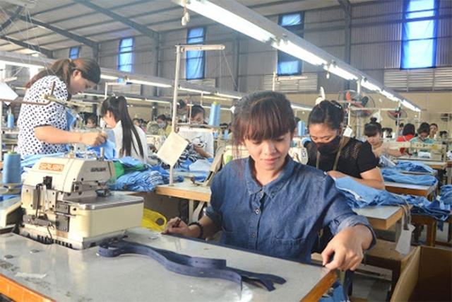 Công nhân tại công ty may thời trang Canifa