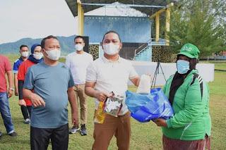 Sambuh Hari Jadi ke-76 Pemkab Tapteng,  Bupati Bagikan Bantuan Sembako Kepada Penyapu Jalan