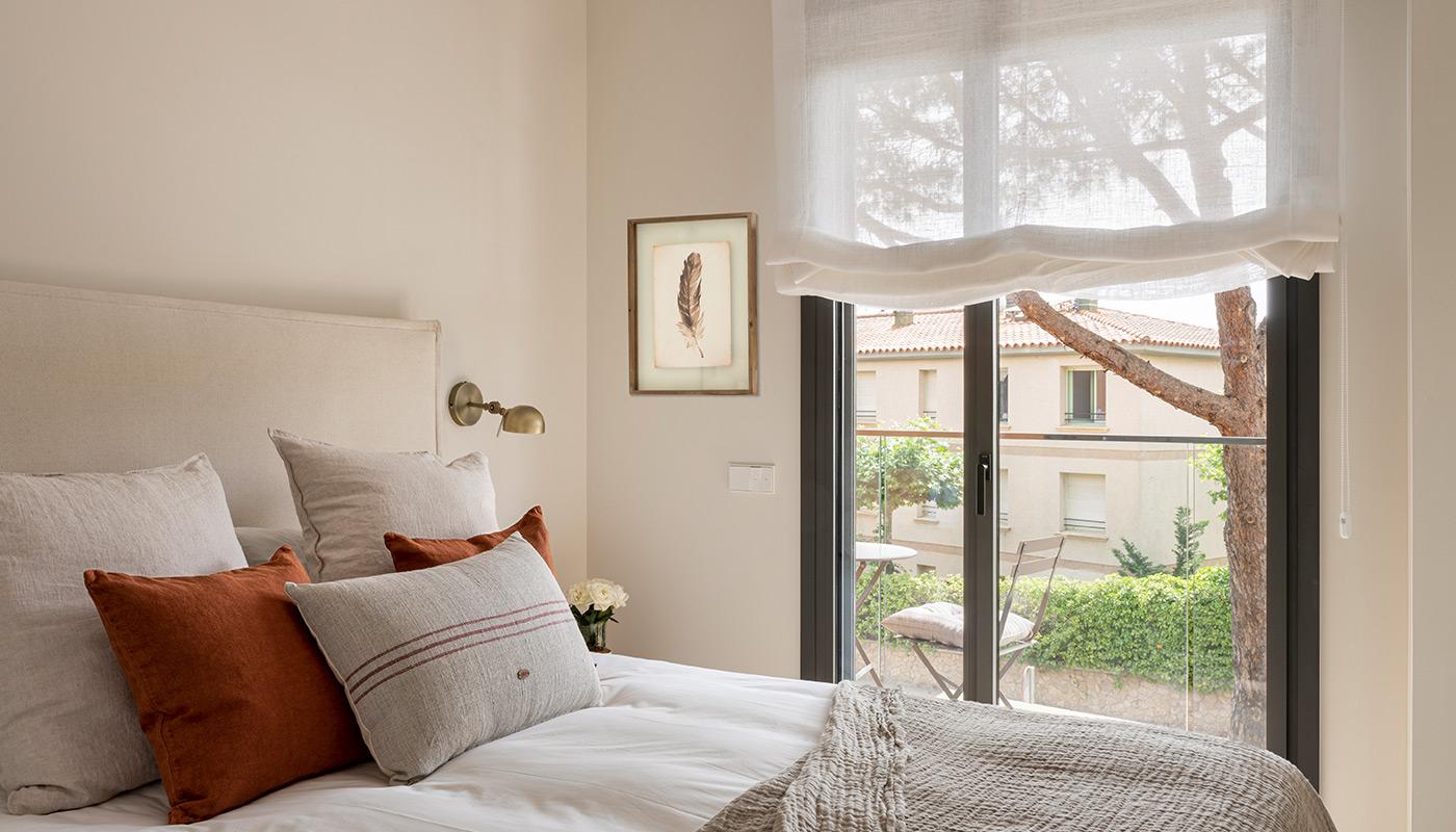 Dormitorio con cabecero tapizado textil