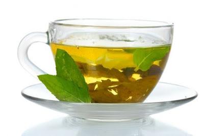Além de ajudar a emagrecer, o chá verde também contribui para a hidratação e saúde da pele devido ao seu alto teor de catequinas, substâncias com alto poder antioxidante e anti-inflamatório.