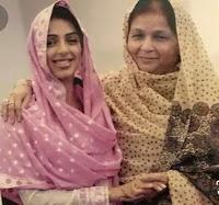 भूमिका चावला अपनी माँ के साथ