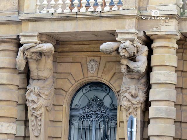 Close-up dos Atlantes Atlas e Hércules da fachada frontal do Theatro Municipal de São Paulo