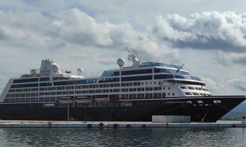 Όχι δεν μεταφέρει τουρίστες στην περιοχή. Έπιασε λιμάνι και παραμένει για ένα τρίμηνο περίπου προκειμένου να γίνουν εργασίες στο εσωτερικό του. Στο πλοίο βρίσκεται το πλήρωμα, περίπου 300 εργαζόμενοι.